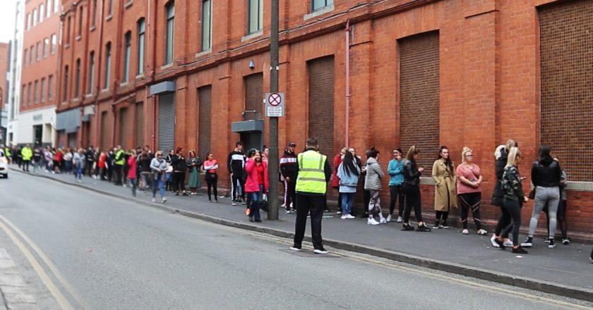 Sem distanciamento social, longas filas se formam em reabertura de loja irlandesa