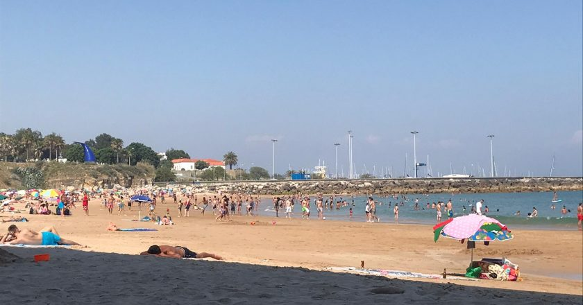 """Portugal reabre praias com """"semáforos"""" para controlar lotação"""
