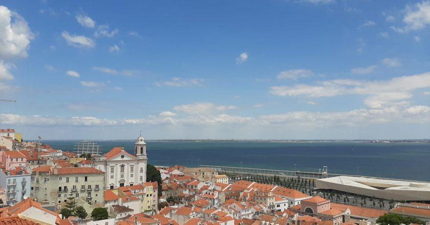 Multas, proibição do consumo de álcool nas ruas e aglomerações limitadas: as novas medidas em Portugal
