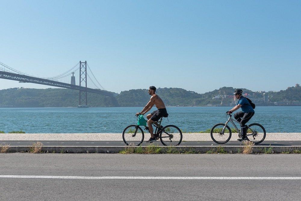 Imagem mostra duas pessoas de bicicleta na região de Belém.