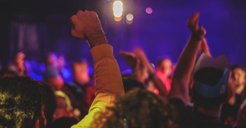 Inglaterra fixa multa de 800 libras para festas em casa durante o lockdown