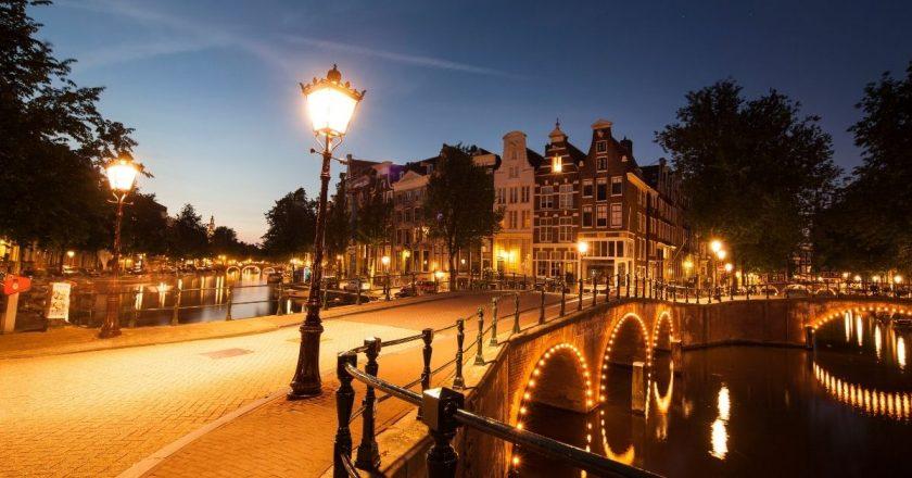 Governo holandês recorre à Justiça e mantém toque de recolher no país