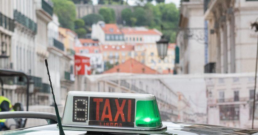 Lisboa oferece transporte de táxi gratuito para idosos se vacinarem