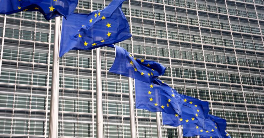 Comissão Europeia processa AstraZeneca por atraso na entrega de vacinas