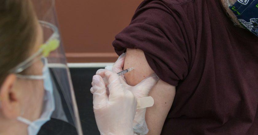 Um em cada quatro adultos já foi vacinado contra Covid-19 no Reino Unido