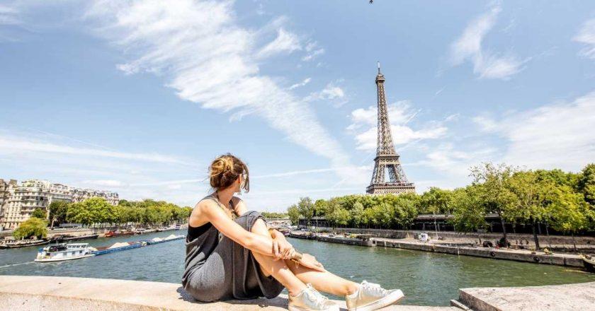 França retira obrigatoriedade do uso de máscara em locais abertos