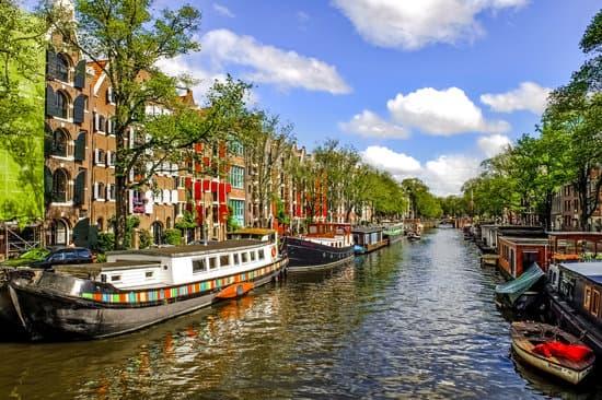 Casos de Covid-19 sobem e Holanda fecha casas noturnas