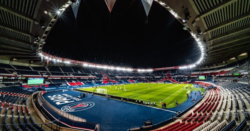Messi chega a Paris e assina com o PSG nesta terça-feira